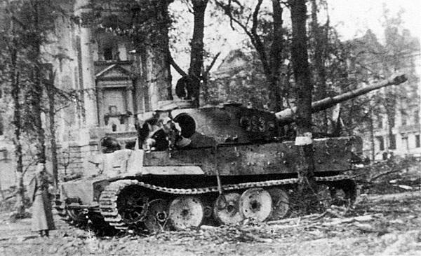Этот «Тигр», подбитый советскими войсками в центре Берлина, принадлежал к составу танковой дивизии «Мюнхеберг». Май 1945 года.