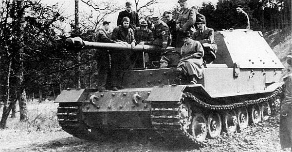 Самоходное орудие «Фердинанд» во время испытаний. На левом крыле сидит доктор Ф.Порше.