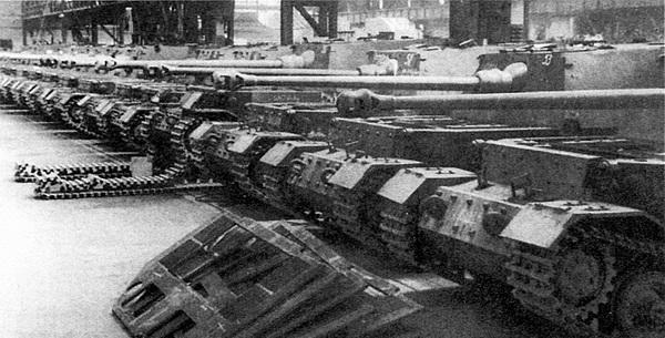 Готовые «фердинанды» в сборочном цехе завода Nibelungenwerke. Апрель 1943 года.