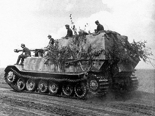 «Фердинанд» направляется к передовой. Курская дуга, июль 1943 года.
