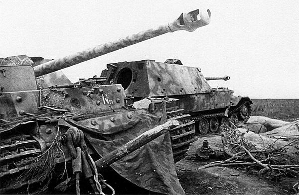 «Фердинанды» штаба 654-го дивизиона. Машины брошены своими экипажами при отступлении.