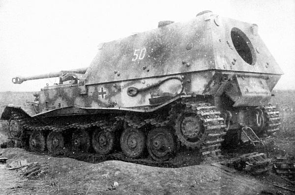 Судя по отсутствующей левой гусенице и воронке под машиной, этот «Фердинанд» №501 из 5-й роты 654-го дивизиона истребителей танков, как и большинство других, подорвался на мине. Центральный фронт, район Понырей, июль 1943 года.