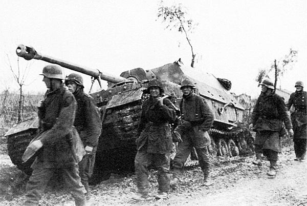 Солдаты дивизии «Герман Геринг» проходят мимо застрявшего в грязи «Элефанта». Италия, 1944 год.