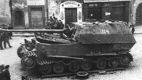 Подбитый «Элефант» на улице Рима. Лето 1944 года.