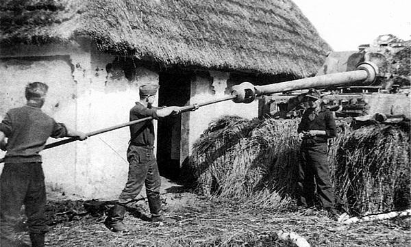 Чистка ствола орудия после стрельбы. 653-й дивизион истребителей танков. Галиция, 1944 год.
