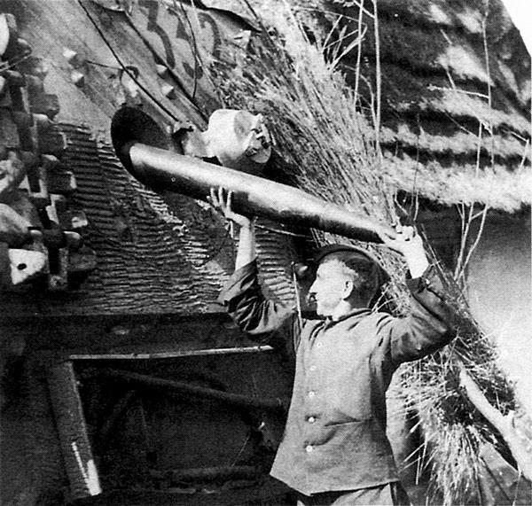Загрузка боеприпасов в «Фердинанд» была нелёгким делом, требовавшим от членов экипажа немалых физических усилий.