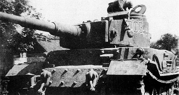 «Тигр» Фердинанда Порше использовался в качестве командирской машины в 653-м дивизионе. Галиция, 1944 год.