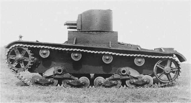 Один из первых танков «Виккерс6-тонный»,прибывший в СССР, на военном складе№37, вид слева.Весна 1932 года.Машина вооружена7,71-мм пулеметами«Виккерс» (АСКМ).