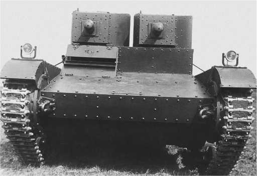 Один из первых танков «Виккерс6-тонный»,прибывший в СССР, на военном складе№37, вид сзади и спереди. Весна1932 года. (АСКМ).