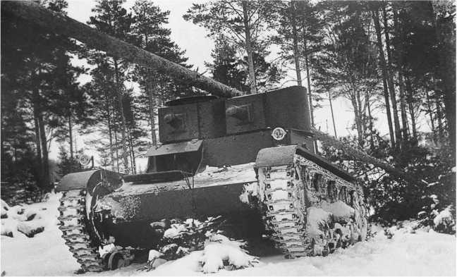 Испытания одного из первых танков«Виккерс 6-тонный»в Советском Союзе.Район Москвы, январь 1931 года. Машина свалила 20-сантиметровую сосну (АСКМ).