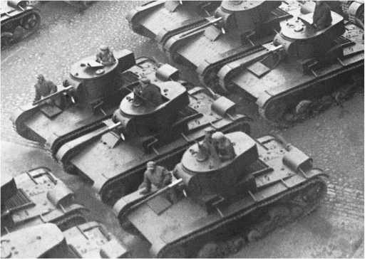 Танки Т-26 с 45-мм пушкой первых выпусков на параде. Ленинград, 7 ноября 1933 года.Среди прочих видна одна машина, имеющая башню раннего образца — с малой кормовой нишей и одним люком (ЦМВС).