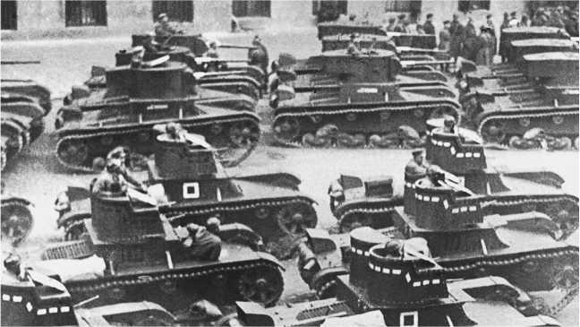 Тот же парад с другого ракурса: слева в крайнем ряду однобашенных Т-26 видна машина с башней раннего образца (ЦМВС).