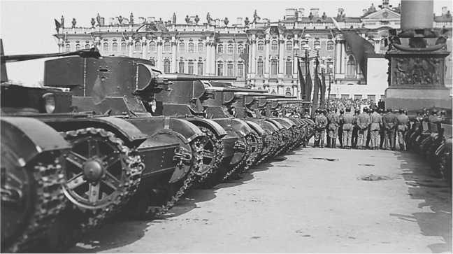 Танки Т-26 на площади имени Урицкого перед парадом. Ленинград, 1 мая 1934 года. На переднем плане виден фрагмент XT-26, дальше стоят машины со сварными корпусами и башнями (РГАКФД).