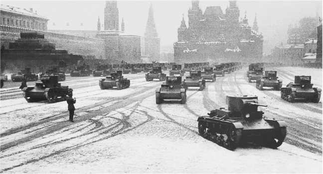 Танки Т-26 выпуска 1934–1935 годов проходят поКрасной площади.Москва, 7 ноября 1935 года (ЦМВС).