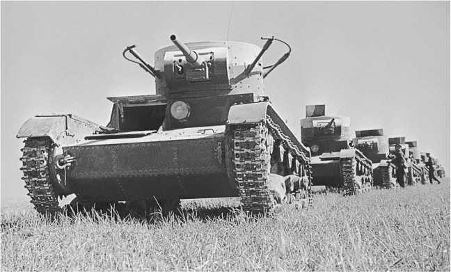 Колонна танков Т-26. Лето 1937года. На переднем плане радийная машина выпуска1936 года со сварным корпусом и башней (АСКМ).