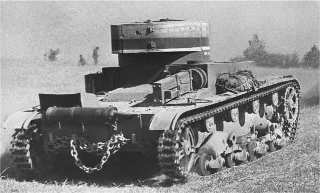 Танк Т-26 выпуска 1935 года на маневрах. Хорошо виден реечный домкрат, закрепленный на верхнем кормовом листе машины, и буксирная цепь(ЦМВС).