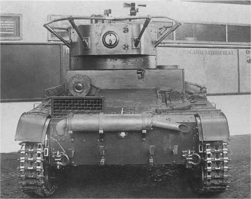 Общие виды радийного танкаТ-26 выпуска 1936года (со сварным корпусом и башней). Завод№174, осень 1936года. Хорошо видна укладка ЗИП, установка фар боевого света на маске пушки, шаровая установка в нише башни и зенитная турель(АСКМ).