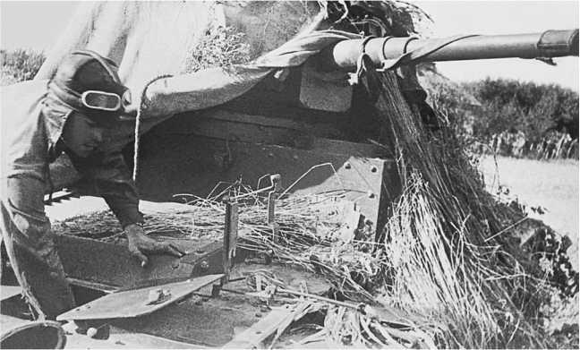 Ремонт танка Т-26 во время учений.1936 год. Хорошо виден люк для доступа к двигателю и крепление под домкрат (АСКМ).