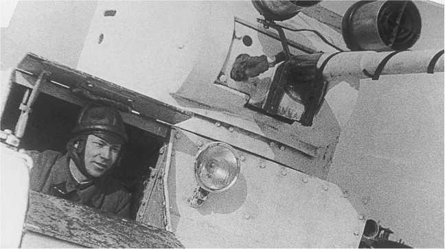 Танк Т-26 выпуска 1935 года с установленными на маске пушки фарами боевого света. На фото хорошо видно их крепление (АСКМ).