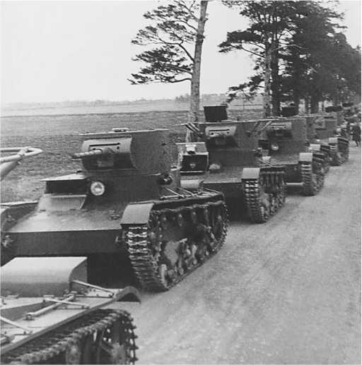 Колонна танков Т-26 на учениях. На фото машины со сварными корпусами и башнями(РГАКФД).