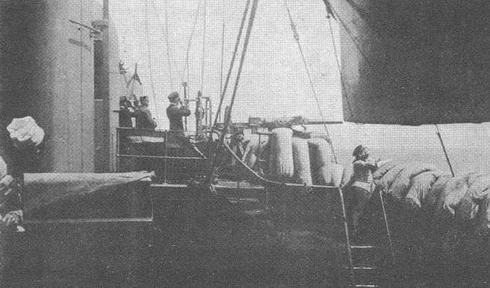 "Гзнерал Амад и адмирал Гэпрат наблюдают бой 25 апреля 1915 г. с борта ""Жорегибери"""