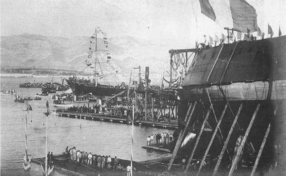 """27 октября 1893 г. Корпус броненосца Жорегибери"""" перед спуском на воду. На фото вверху в правом углу видны русские офицеры посетившие верфь перед спуском корабля."""