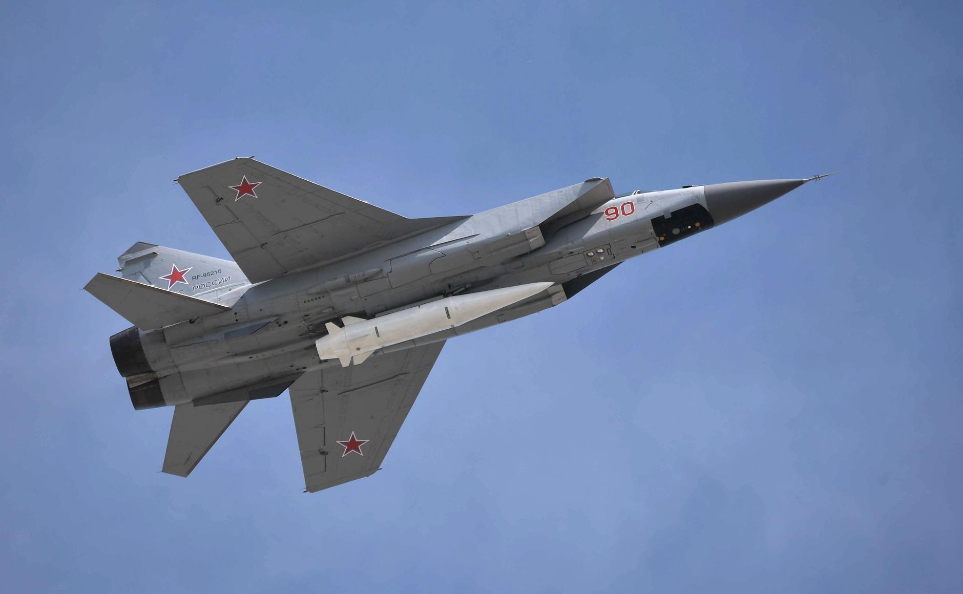 Самолет-носитель МиГ-31 с ракетой комплекса
