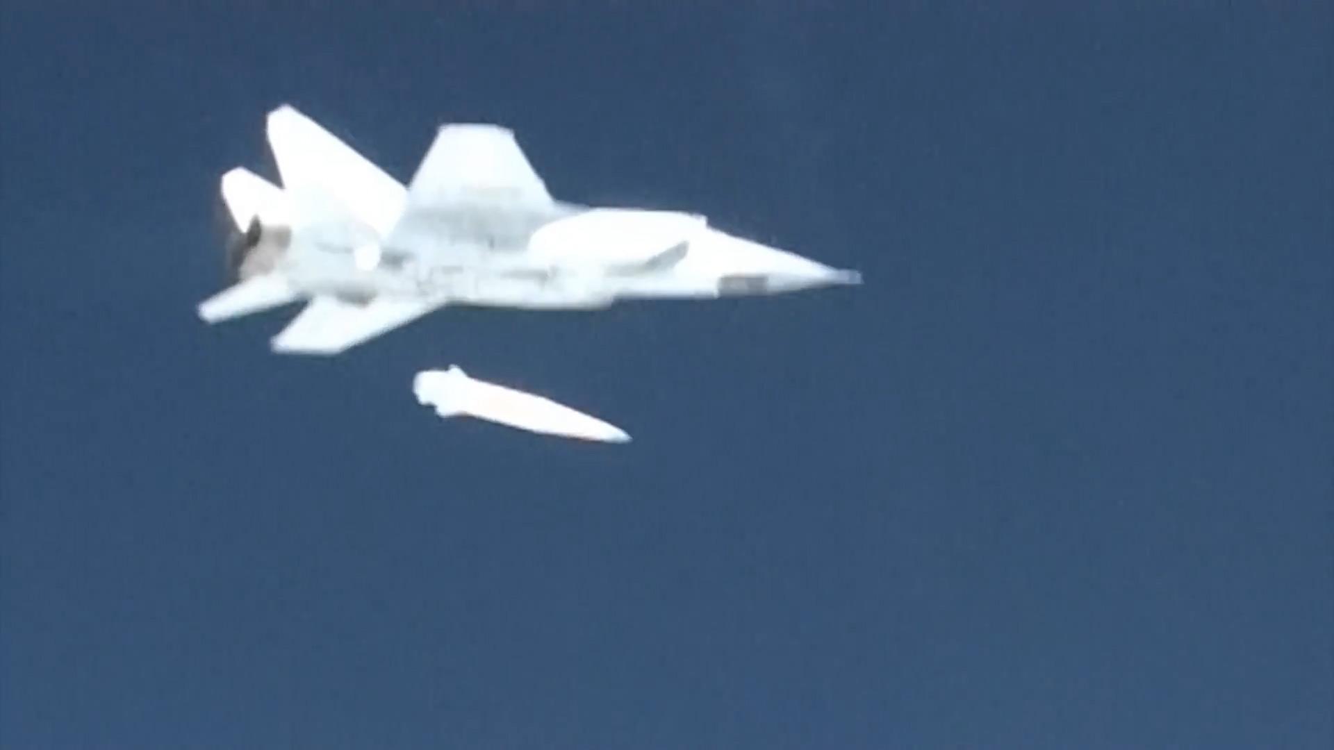 Пуск ракеты 9-А-7660 из-под самолета-носителя МиГ-31 (http://mil.ru)