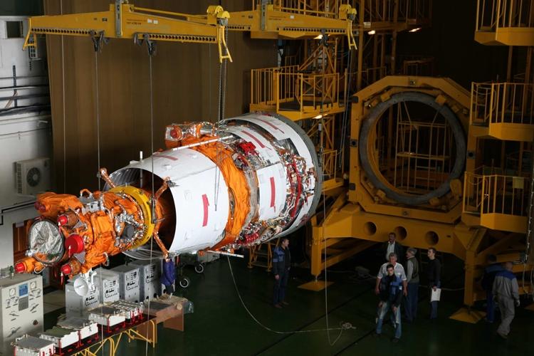 Спутник «Ресурс-П» готовится установке на ракету-носитель «Союз-2.1б» (