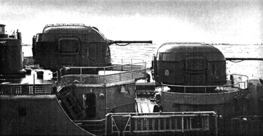 Установки АК-100 в кормовой части СКР проекта 1135 (Широкорад А.Б., Оружие отечественного флота. 1945-2000. Минск, Харвест, 2001 г.)