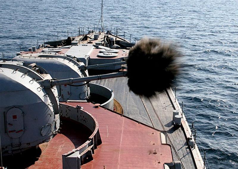 Огонь ведет установка АК-100 большого <a href='https://arsenal-info.ru/b/book/2068185018/2' target='_self'>противолодочного корабля</a> проекта 1155, фото 2011-2012 г.г. (http://mil.ru)