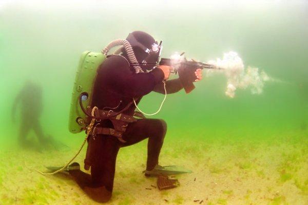 Боец спецназа с автоматом АПС